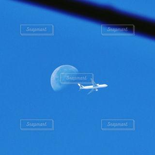 月と飛行機ニアミスの写真・画像素材[972709]