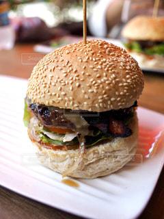 でかいハンバーガーの写真・画像素材[976578]