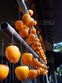 テーブルの上のオレンジのボウルの写真・画像素材[2509638]