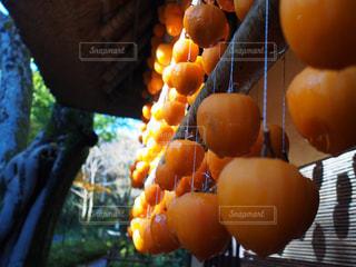 テーブルの上のオレンジのボウルの写真・画像素材[2509639]