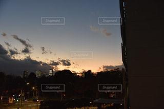 夕暮れ時の都市の景色の写真・画像素材[973000]