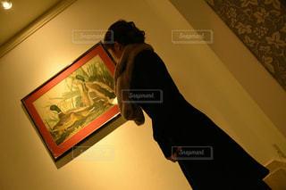 絵を観る女の写真・画像素材[973146]