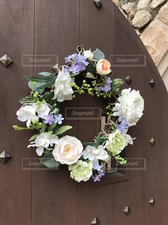 テーブルの上の花の花瓶の写真・画像素材[973203]