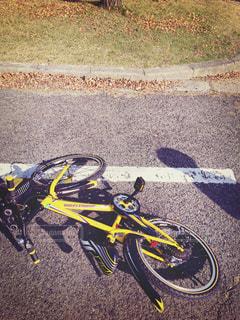倒れた自転車の写真・画像素材[975074]
