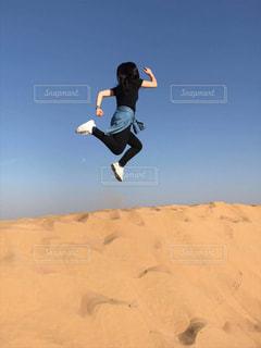 空気中のジャンプ男の写真・画像素材[973129]