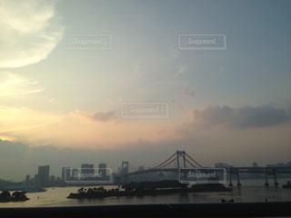 水の体の上の橋の写真・画像素材[1048469]