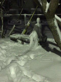 ベンチに座る人型雪だるまの写真・画像素材[973429]