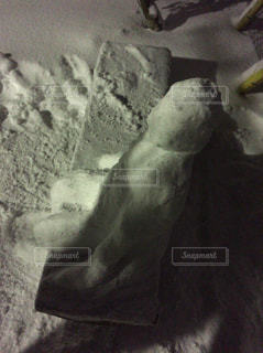 ベンチに座る人型雪だるまの写真・画像素材[973431]