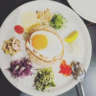 テーブルの上に食べ物のプレート - No.1075039