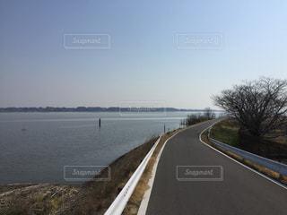 水の体の横に道の端にサインの写真・画像素材[974400]