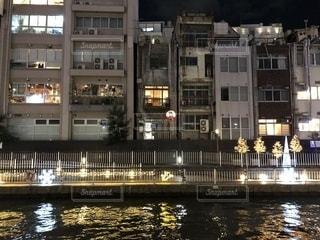 建物の横に水します。の写真・画像素材[974717]