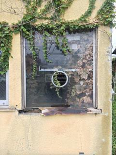 ウィンドウに署名している石造りの建物 - No.974721