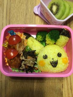 幼稚園児にせがまれピカチュウキャラ弁の写真・画像素材[973977]