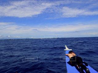 ボートの上で昼寝の写真・画像素材[1726250]
