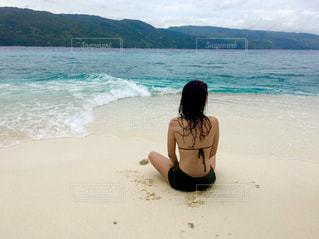 ビーチに座っている女性の写真・画像素材[1726375]