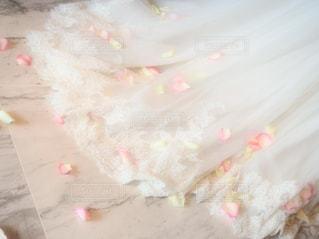 ウエディングドレスの上にの写真・画像素材[976412]