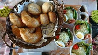 テーブルの上に食べ物のボウルの写真・画像素材[974599]