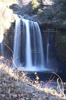 いくつかの水の上の大きな滝の写真・画像素材[974569]