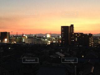 夕暮れ時の都市の景色の写真・画像素材[975888]