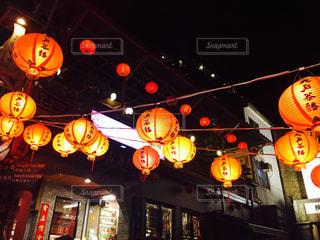 夜の店の前の写真・画像素材[978244]