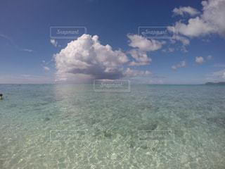 吸い込まれるような澄んだ海の写真・画像素材[974928]