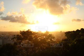 夕焼け空に浮かぶ雲のグループの写真・画像素材[1069702]