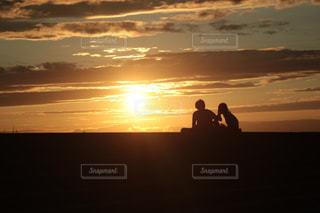 夕日を眺めるカップル - No.1072912