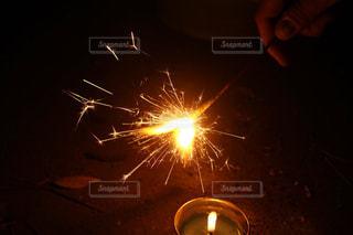 夜の公園で花火の写真・画像素材[1163157]