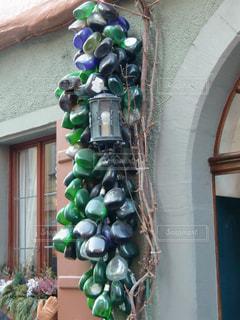 ローテンブルクの可愛い家の軒先の空き瓶インテリアの写真・画像素材[1171483]