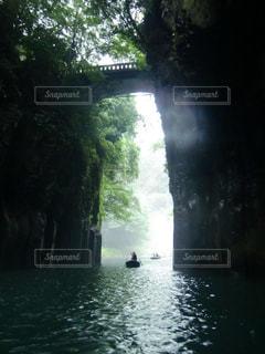 水の体の上の大きな滝の写真・画像素材[1172602]