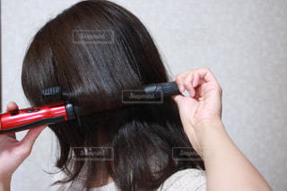 髪を巻く人の写真・画像素材[1175981]