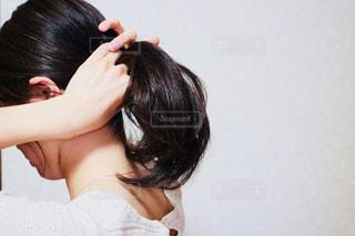 髪をかきあげる女性の写真・画像素材[1176004]