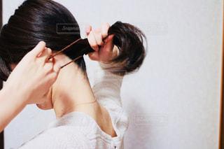 髪を結ぶ女性の写真・画像素材[1176005]