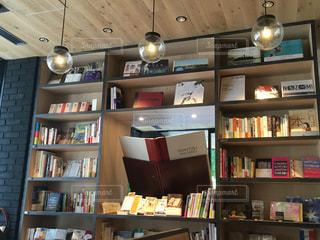 本棚は本でいっぱいの写真・画像素材[1218700]