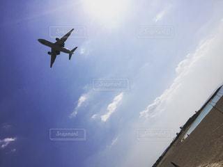 大型航空機を空中に高く飛ぶの写真・画像素材[975390]