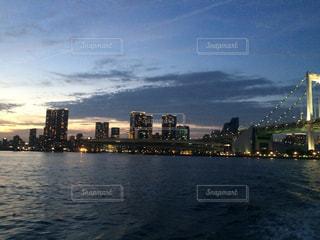 海とレインボーブリッジと夕焼けの写真・画像素材[975598]