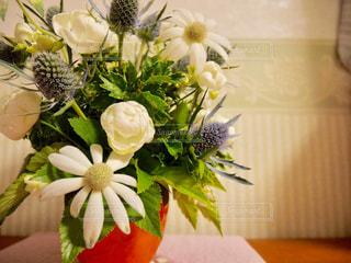 テーブルの上に花瓶の花の花束の写真・画像素材[977348]