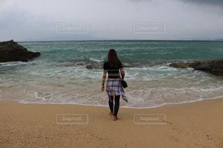 ビーチに立っている人の写真・画像素材[975372]