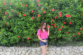 庭に立っている女の子の写真・画像素材[975373]