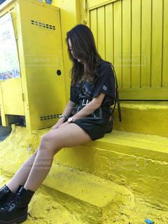 ベンチに座っている女性の写真・画像素材[975381]