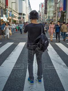 街の通りを歩いている人のグループの写真・画像素材[1178818]