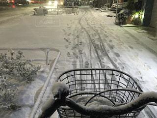 雪道を自転車で走行するの写真・画像素材[975490]