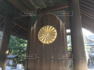 靖国神社の門にある菊花紋章。の写真・画像素材[975544]