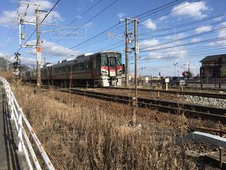 広島県大竹市 JR西日本 山陽本線 岩国方面に向かう電車。の写真・画像素材[975548]