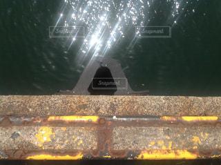 岸壁に取り付けられた防舷材の写真・画像素材[977096]