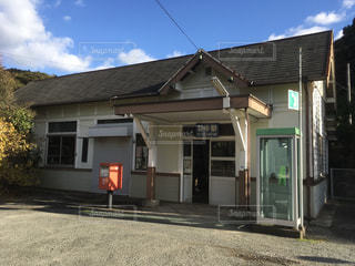 山口県下関市豊北町にある、JR西日本 山陰本線 特牛駅。の写真・画像素材[984434]