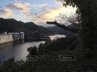 夕暮れ時の弥栄ダムと弥栄湖の写真・画像素材[984455]