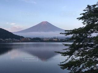 背景の山と水体の写真・画像素材[975514]
