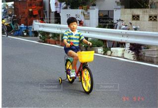 自転車に乗る子供の写真・画像素材[977748]