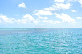 海の横にある水の体の写真・画像素材[976158]